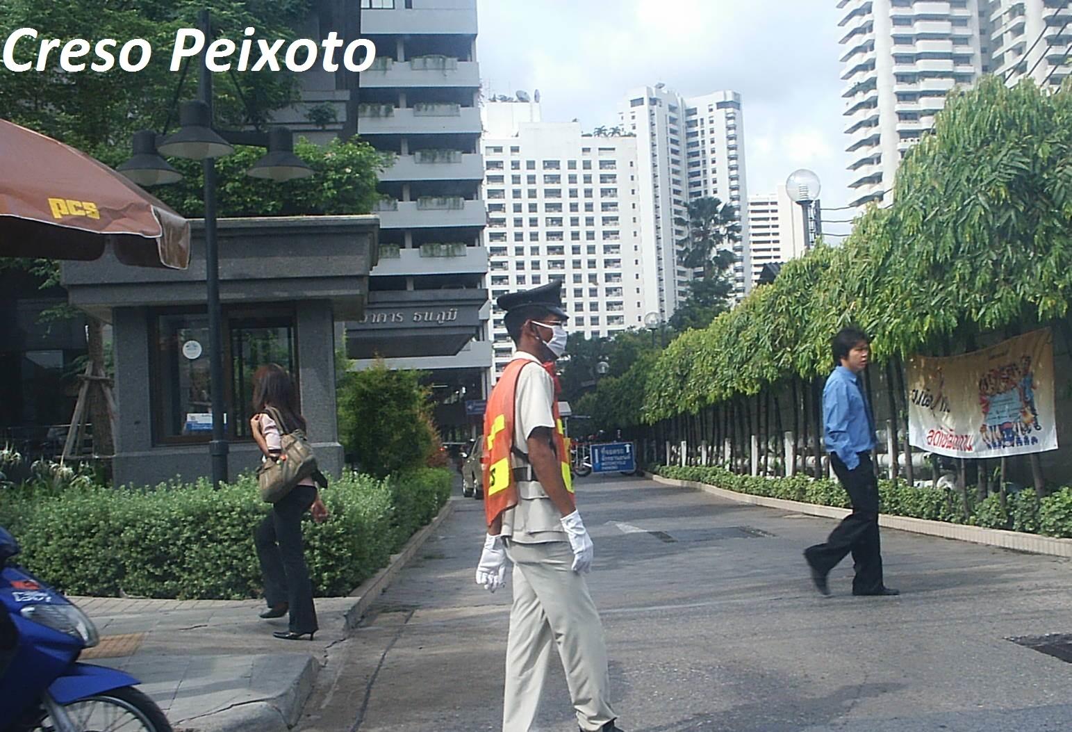BTS Skytrain Bangkok foi solução adotada na capital Tailandesa para melhoria do transporte urbano. A tarifa foi cheia à época desta avaliação, 2005 e não integrada a ônibus e ao metrô (na capital o metrô aéreo à época era separado em termos administrativos e tarifários, como se fosse um