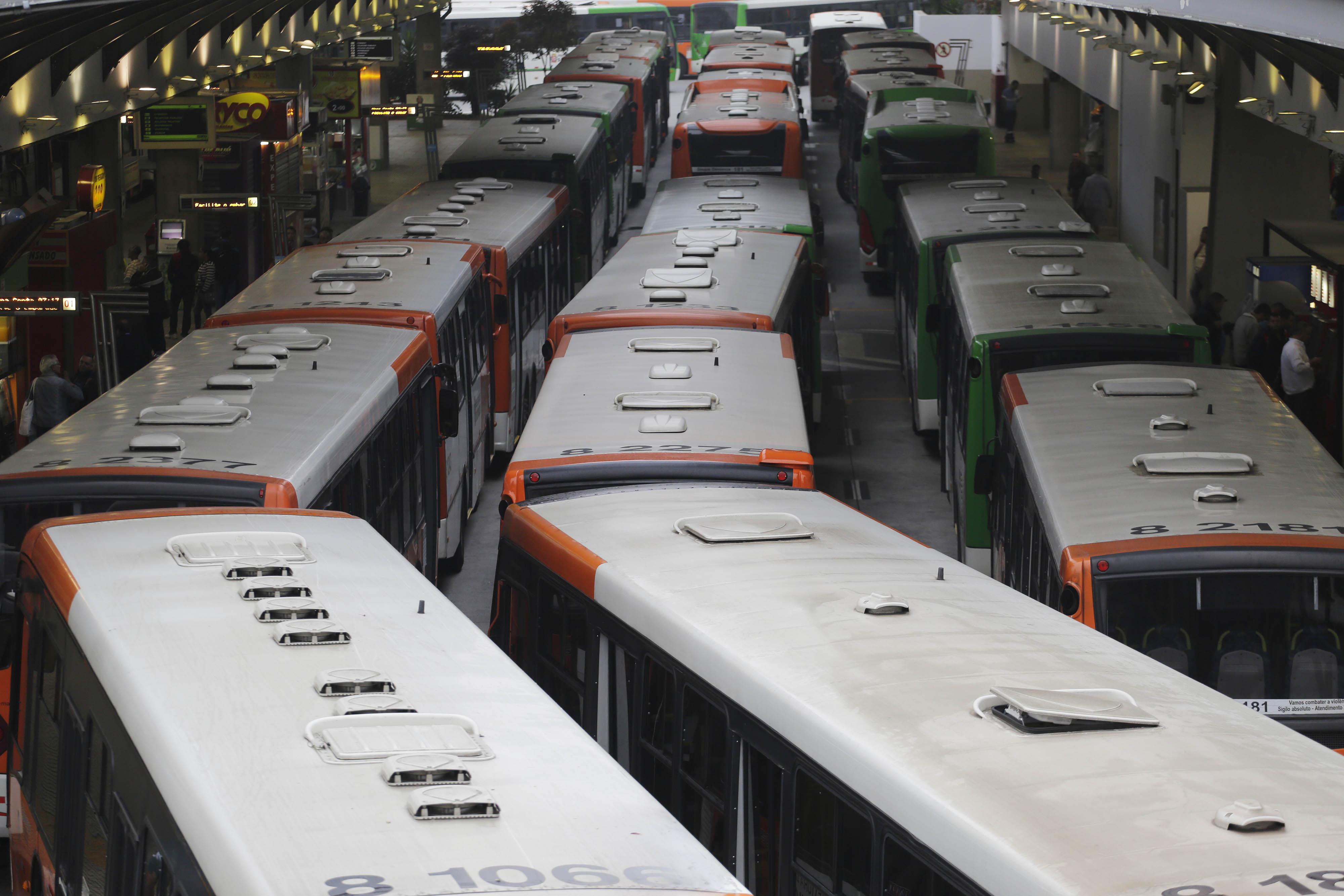 Motoristas e cobradores de ônibus paralisam as atividades (Foto: Nelson Antoine/Fotoarena/Folhapress)
