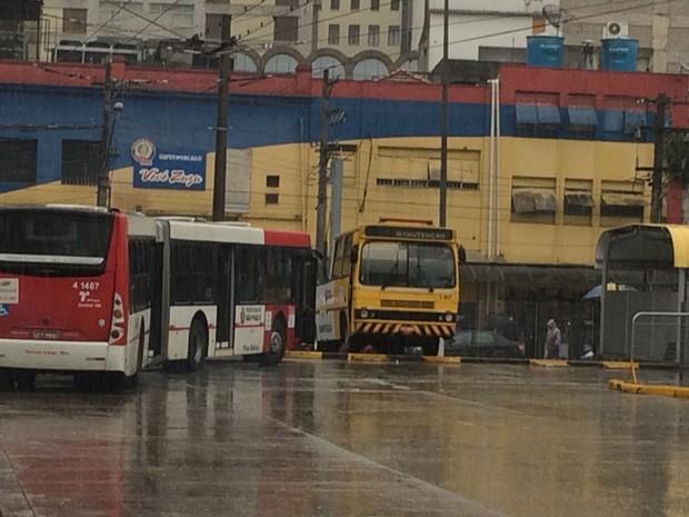 Até ônibus de manutenção foram usados para fechar terminais - Foto: Tatiana Santiago/G1