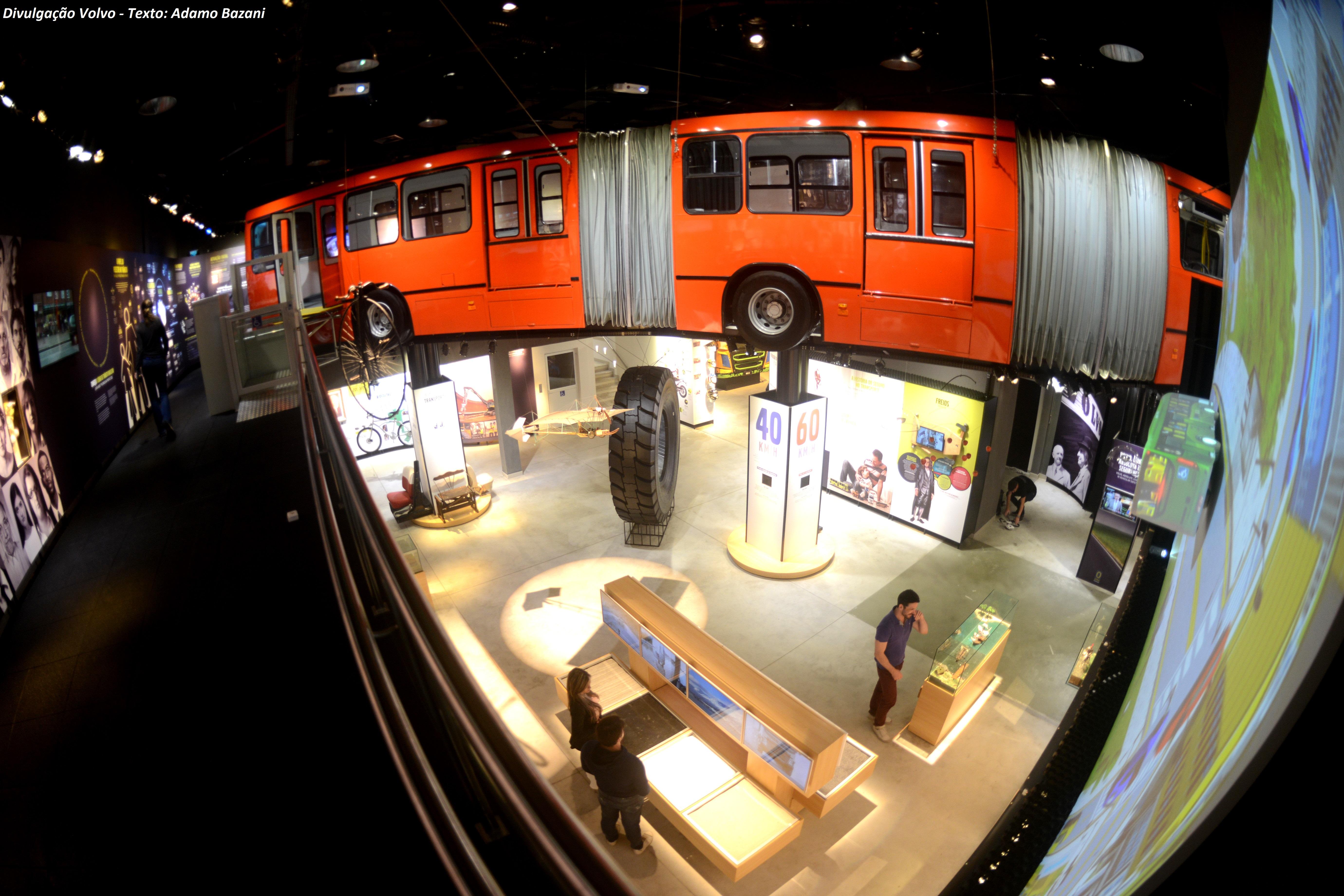 Ônibus biarticulado encravado na parede e suspenso permite a uma viagem pela segurança no transporte coletivo.